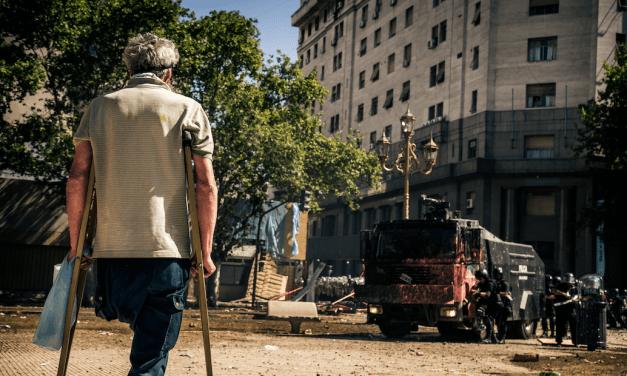Cacerolas, reclamo y represión: un fantasma que reaparece en Argentina