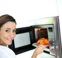 Alimentos que no deberías cocinar o calentar en el microonadas