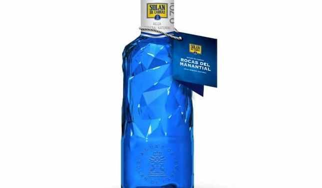 Solán de Cabras presenta la botella Rocas de Manantial