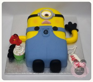 Tarta Minion un ojo y cupcake tallado 2D