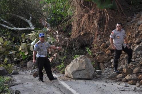 Dirlantas bersama Karo Ops Polda Aceh melihat lokasi tanah longsor pasca gempa