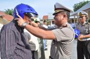 Dir Lantas Polda Aceh memakaikan helm kepada guru MAN 2 Banda Aceh