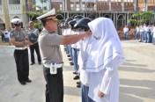 Dir Lantas Polda Aceh memasangkan helm kepada siswa dan siswi MAN 2 Banda Aceh