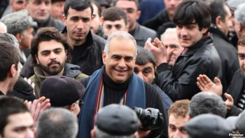 Armenia - Opposition leader Raffi Hovannisian is greeted by supporters in Yerevan's Liberty Square, 22Feb2013 | Photolur via Azatutyun.am