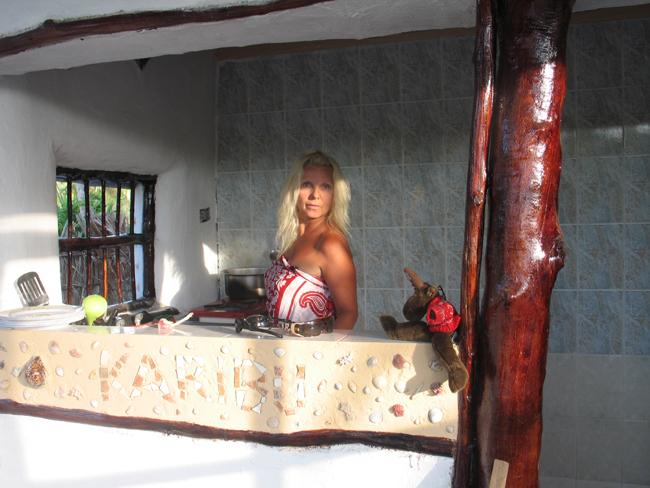 Her lager jeg mat med lokale råvarer på kjøkkenet mitt på Zanzibar