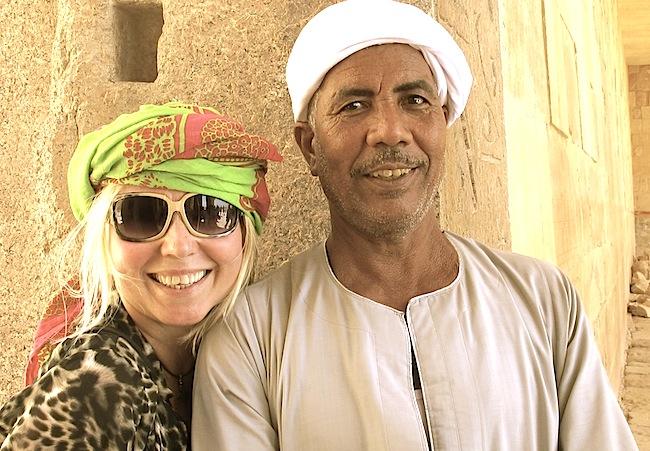 Skjerfet på hode. Her med en av vaktene på et tempel i Egypt