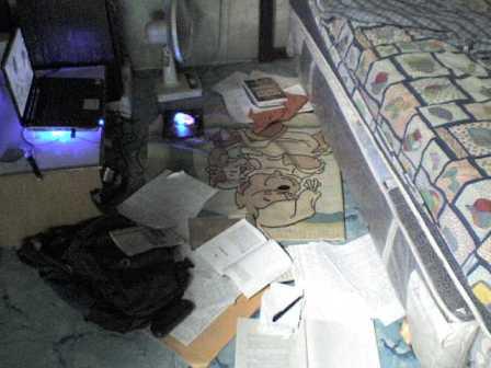 sebagian kamar yang berantakan
