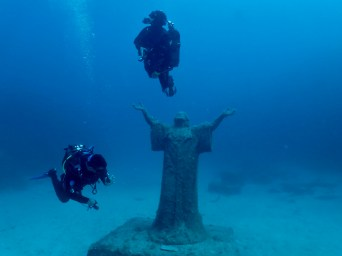 {:en}Underwater Christ Statue, deep dive in Malta, Imperial Eagle dive{:}{:it}Cristo sommerso vicino al relitto Imperiale Eagle vicino a DiveBase. Immersione profonda e da barca in Malta.{:}