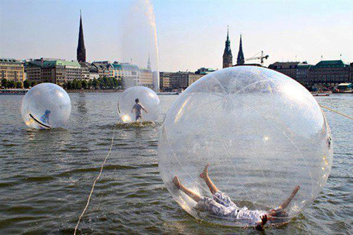 Walk_water_balls_on_lake_alster_in_hamburg_germany