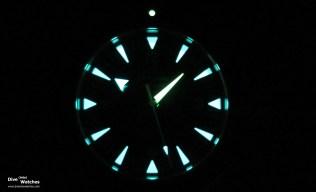 Die Vintage-Leuchtmasse im Dunkeln zeigt, dass zwei Farbtöne zur Unterscheidung der Zeiger eingesetzt worden sind