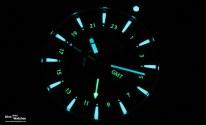 Für die bessere Unterscheidung im Dunkeln ist die GMT-Anzeige mit grüner Leuchtmasse belegt