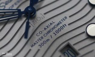 Das Zifferblatt besteht aus chromfarbener Keramik mit PVD-Beschichtung und Sonnenschliff