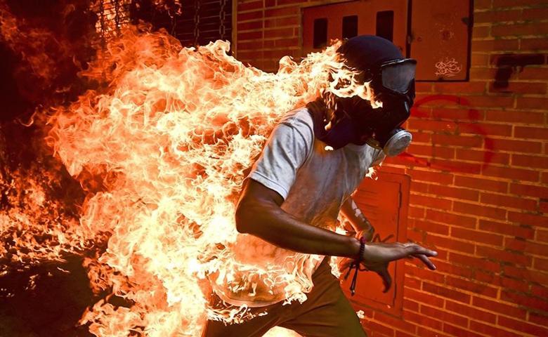 Ronaldo Schemidt gana premio World Press Photo