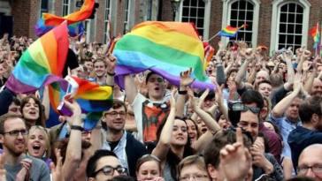 Apoiadores do casamento gay comemoram resultado de referendo, em Dublin, Irlanda