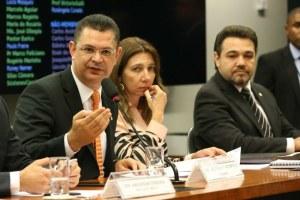 Retrocesso: Sóstenes Cavalcante (PSD-RJ) e Marco Feliciano (PSC-SP) durante a sessão em que o Estatuto da Família foi aprovado.