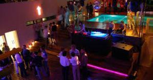 A rede Axel é a principal referência em hotelaria voltada para o público gay. A unidade em Buenos Aires foi a segunda a ser inaugurada, em 2007. A diária mais barata custa 80 dólares e a melhor suíte, com hidromassagem, sai a partir de 250 dólares
