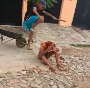 """Depois de vários chutes e agressões, ela foi colocada sobre o carrinho de mão, enquanto a pessoa que gravava afirmava em tom de deboche: """"Eles vão matar o v...""""."""