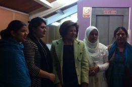 Julia Martínez con mujeres Bangladesis.