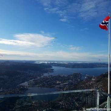 Ulriken, Bergen, norsk flagg, paraglidere, byfjorden, himmel