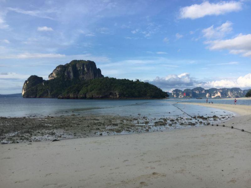 Camino que comunica las islas tras bajar la marea
