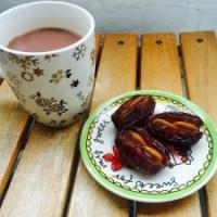 Gezonde warme chocolademelk met gevulde dadels