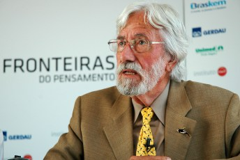 Jean-Michel Cousteau speaking in Brazil in 2010. Photo by Fronteiras do Pensamento (Creative Commons)