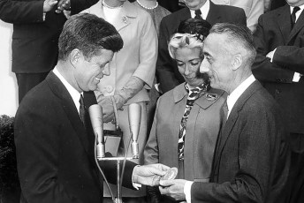 President John F. Kennedy presents the National Geographic Society's Gold Medal to Jacques-Yves Cousteau on April 16, 1961. Mr. Cousteau is accompanied by his wife, Simone Melchior Cousteau. Photo: Robert Knudsen | White House Photographs | John F. Kennedy Presidential Library and Museum (Public Domain)