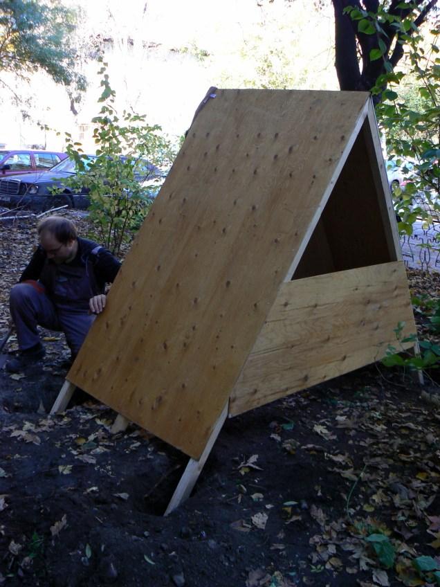 Къщичката, готова да потъне в изкопаните дупки