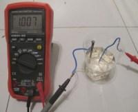 Medida de la tensión de la pila con el multímetro