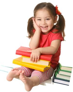 Menina de vermelho sorrindo com livros coloridos