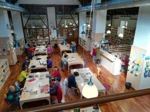 """Usuaris del centre ocupacional Prat participant en el projecte """"Biblioteca fácil"""", de la Xarxa de Biblioteques Municipals de Llíria (València)."""
