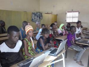 Estudiants senegalesos fan classe amb alguns dels ordinadors que han rebut gràcies a Labdoo i l'Escola Vedruna.