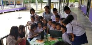 Escolars tailandesos fan servir alguns dels ordinadors que han rebut gràcies a Labdoo i l'Escola Vedruna.