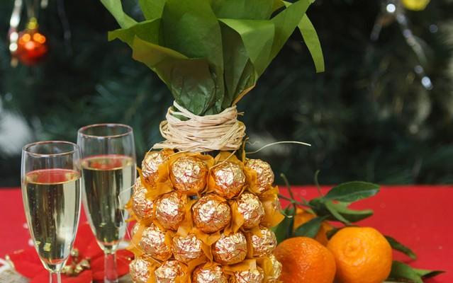 Creative gift wrap ideas Wine bottle looks like pineapple