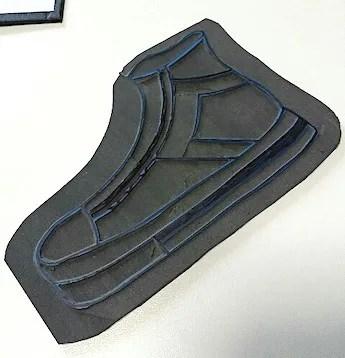 スニーカーの形にカットしたゴム版はんこ