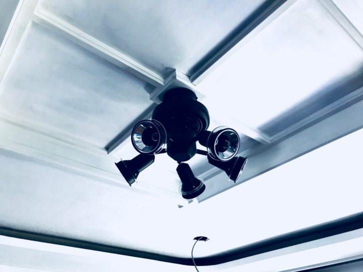 リビングの天井にシーリングファンライトの土台を固定