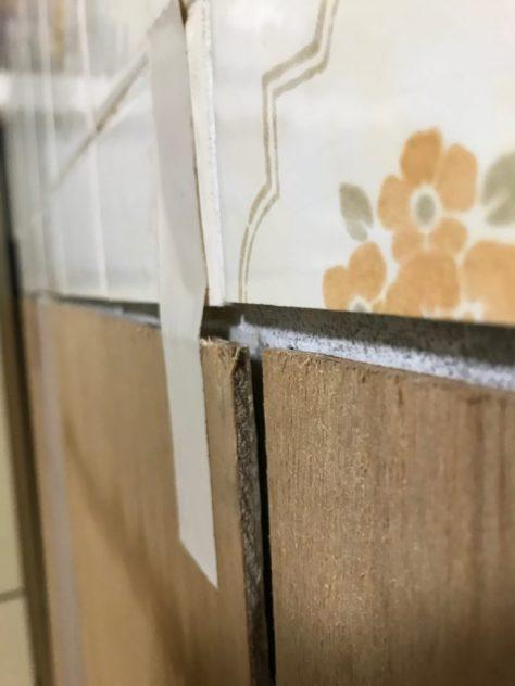 木工用ボンドで接着した下地のベニヤ板が剥がれる