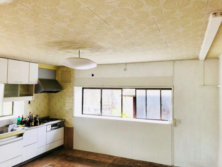 白いベニヤ板でタイルを覆ったキッチン