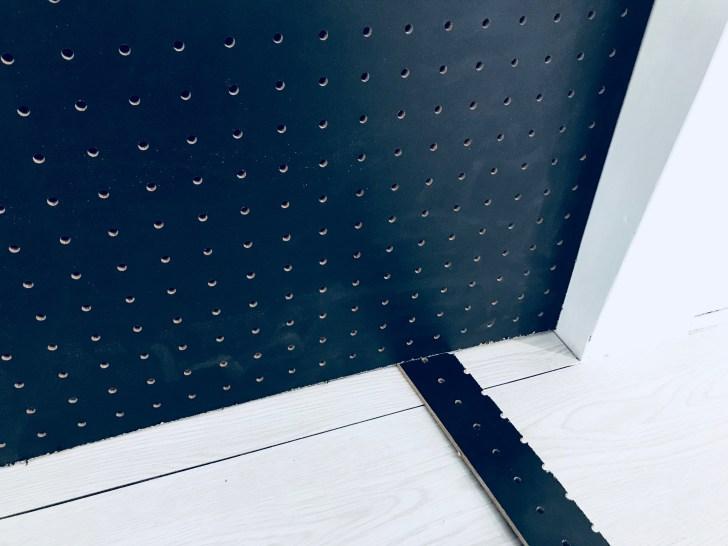 床と有孔ボードに隙間を開けるために板を挟む