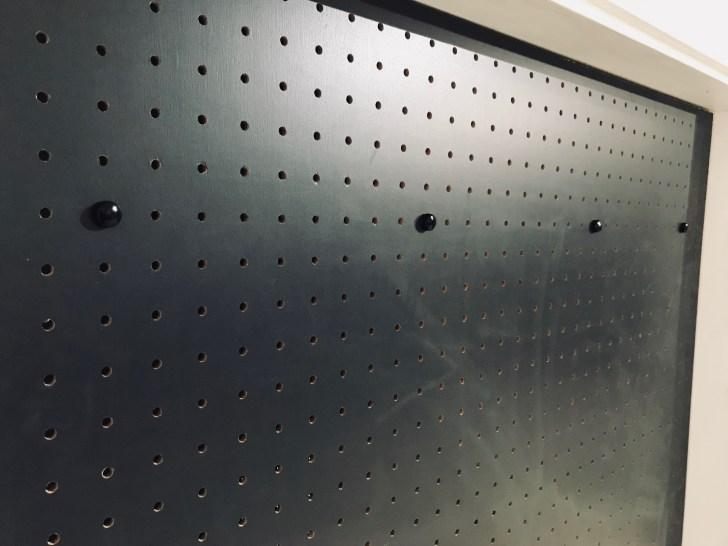 有孔ボードを固定したネジの上からカバーを取り付ける