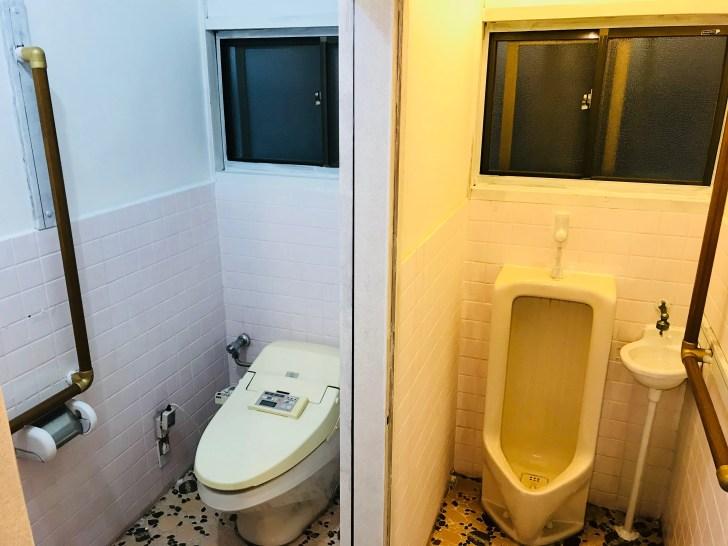両方のトイレの壁を白ペンキで塗装