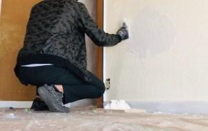左官コテで漆喰を塗って仕上げる