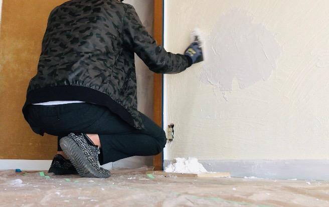 手で塗った漆喰の上から左官コテで仕上げる