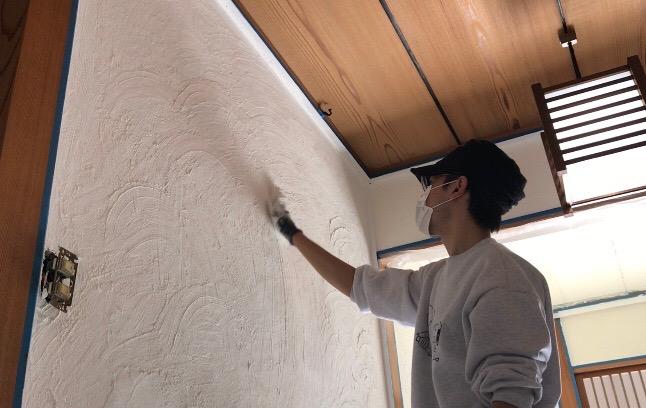 漆喰の模様を手で付ける