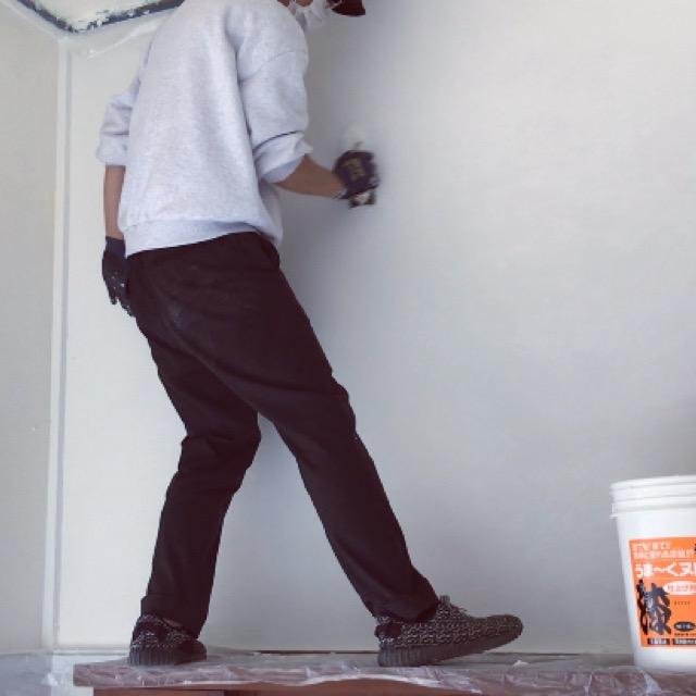 玄関横の砂壁も左官コテを使って漆喰を滑らかに仕上げる