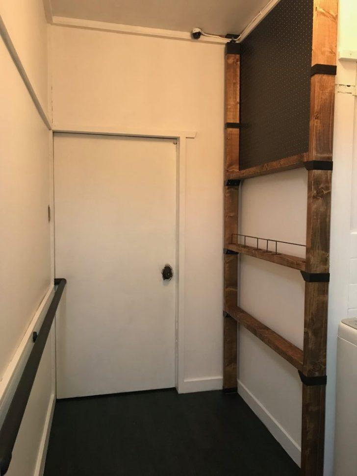 ラブリコと有孔ボードの棚を脱衣所に設置した様子