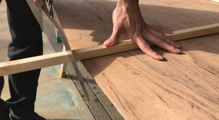 DIYで作るキッチンカウンターの脚をカット