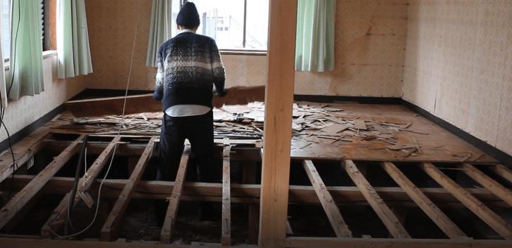 洋室の床を解体