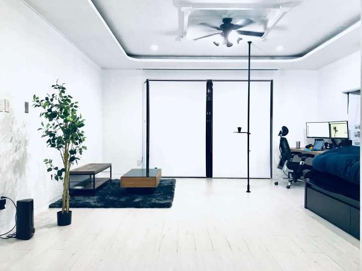 セルフリノベーションした真っ白な部屋に突っ張り棒『DRAW A LINE』を設置