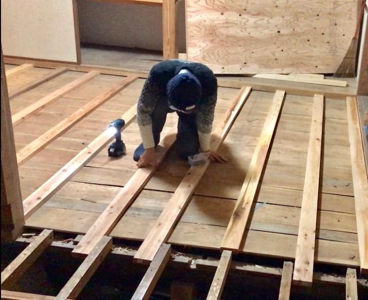 床の高さを合わせる為に根太を打ち込んだが固定できていない